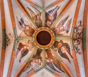 Darstellung musizierender Engel an der Decke der Heiliggeistkirche